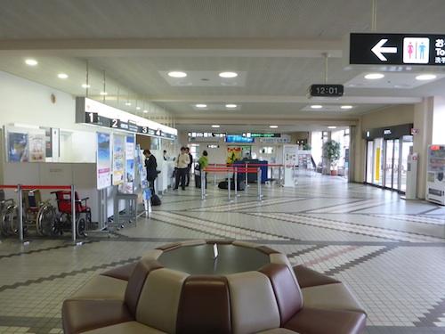 山形空港にて欠航!と言いつつ、JALのカウンター前は閑散としていた。