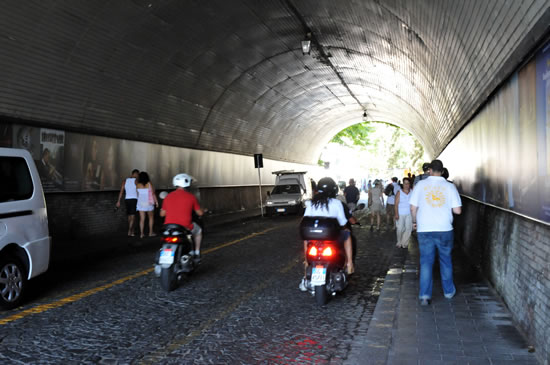 アマルフィから天空の城ラヴェッロへ! ラヴェッロの中心街へ向かうトンネル