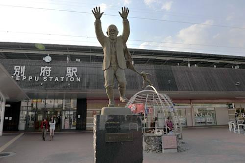 JR別府駅前 別府観光の父、油屋熊八
