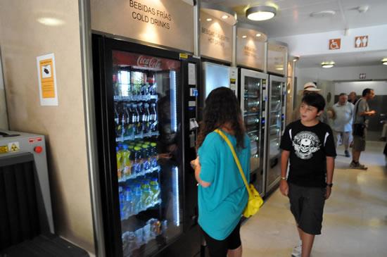 スペイン・アンダルシア州・グラナダ アルハンブラ宮殿 自販機でミネラルウォーターを買う