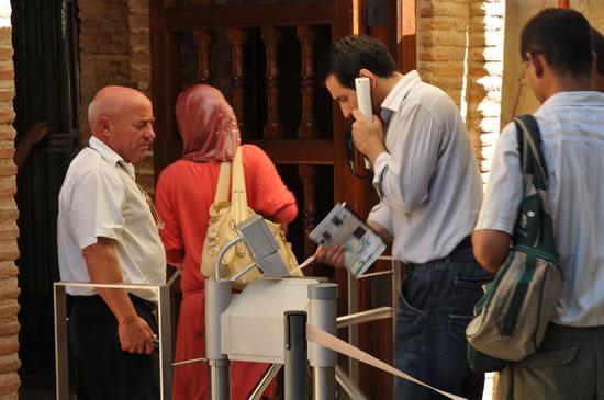 スペイン・アンダルシア州・グラナダ アルハンブラ宮殿 ナスル宮入り口 セキュリティチェック