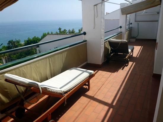 スペイン・アンダルシア州・ネルハ Hotel Carabeo & Restaurant 34 屋外テラス デッキチェアー