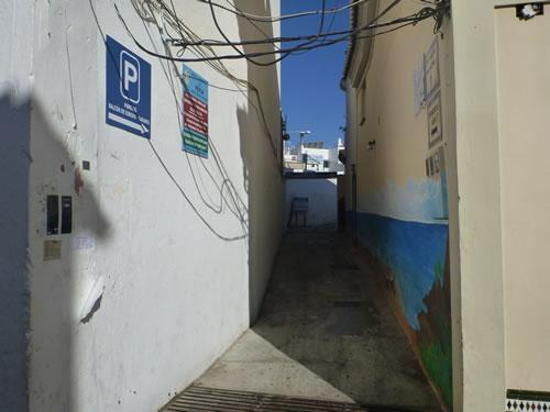 スペイン・ネルハ ホテルから駐車場へ Carabeo通りからこの小径に入る