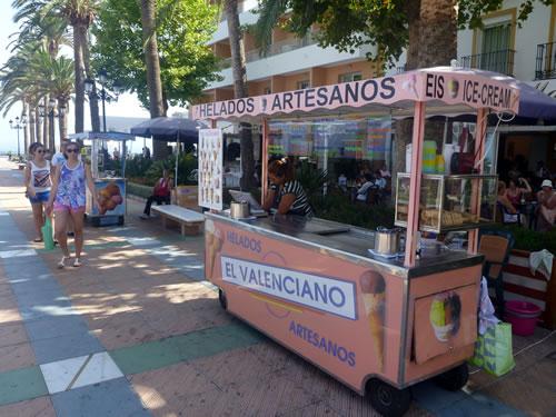 南スペイン ネルハ ヨーロッパのバルコニー 屋台のアイスクリーム屋