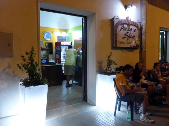 サン・ヴィート・ロ・カーポ Pizza E Sfizi 店前