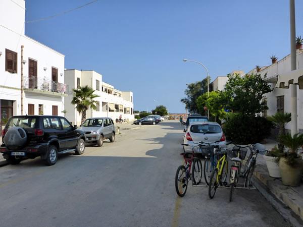 サン・ヴィート・ロ・カーポ ホテルからビーチへ向かう道