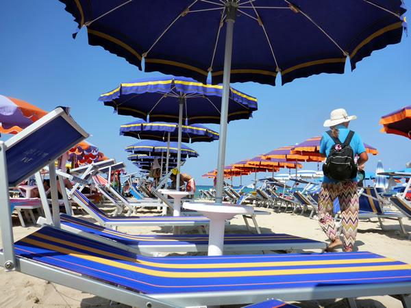 サン・ヴィート・ロ・カーポ ビーチ ビーチチェアとパラソル