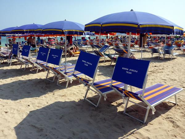サン・ヴィート・ロ・カーポ ビーチパラソルとビーチチェア