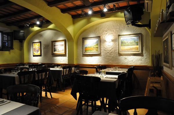 トッサデマール レストラン巡り Braseria Pini Pizzeria 室内の様子