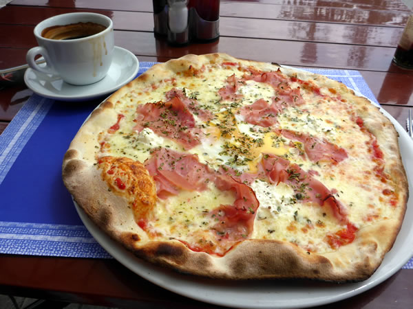 トッサ デ マールのビーチ ランチはピザ