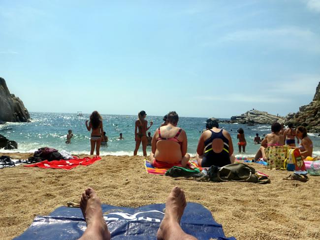 トッサ デ マールのビーチで寝転んで