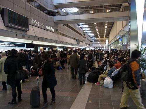 羽田空港 地震発生後 帰宅難民の夜